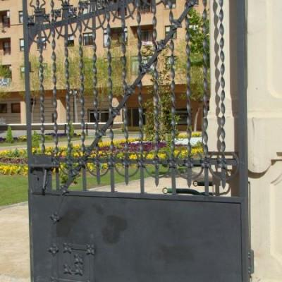 Puerta verja de la Junta
