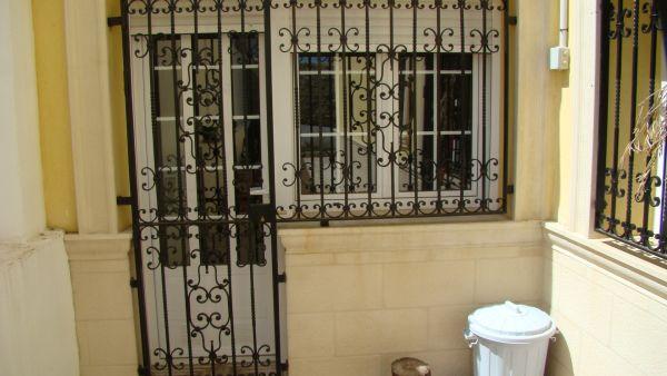 Puerta y reja exterior art h like for Puertas decorativas para interiores